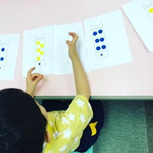 数の対応を考えながら、教室手作りのシール教材に取り組んでいます