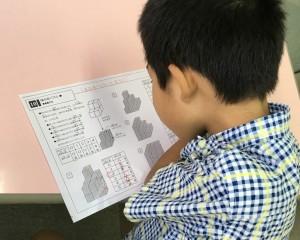 思考力養成コースのレッスンです。 立方体の面の数を考える問題を解いているところ。