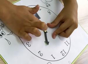 自分で時計を作り、自分で針を回しながら、時計と時間について学びます。
