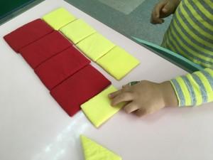 2歳の男の子    長方形と正方形を分類しています