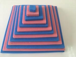 3歳児コースの教材 大きい順番にどんどん乗せてピラミッドを作ります。