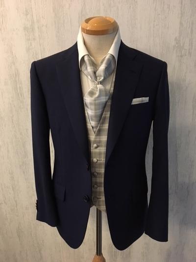 紺スーツにリング付けアスコットタイ大阪