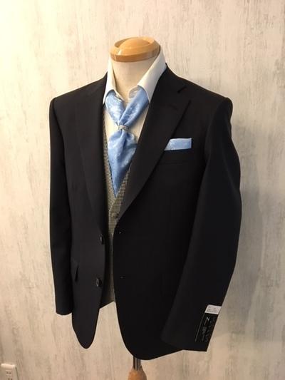 濃紺スーツにベストとアスコットの装い大阪