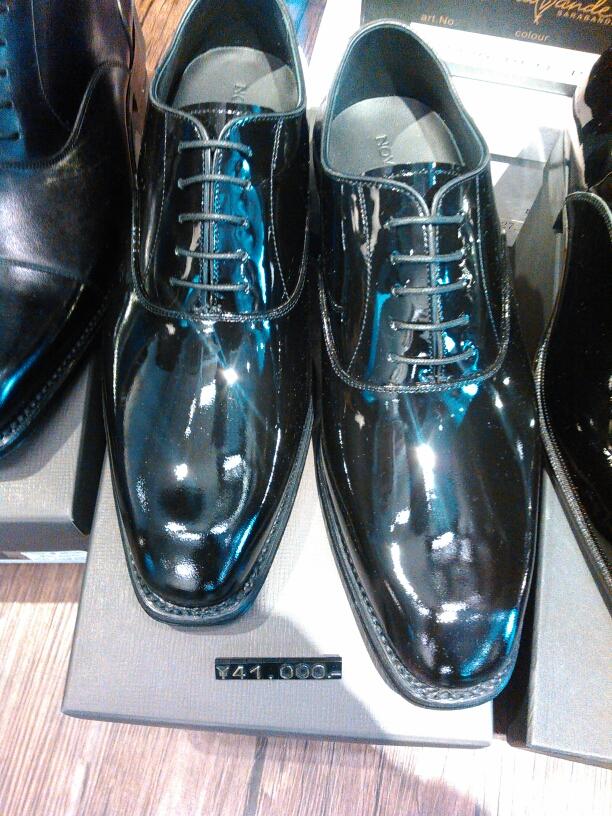 長時間履いても疲れない、というは着心地良さが特徴ですが、 この靴は靴底が摩耗してしまって使えなくなってしまったとき修理をすることができるということです。