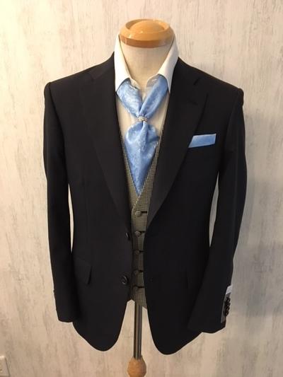 シャドーストライプ紺スーツにアスコットタイ合わせる大阪