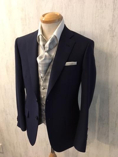 紺スーツにベストとアスコットタイを合わせる大阪