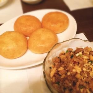 20150106 営業部 新年宴会 豚挽き肉の唐辛子炒めパンに乗せて 1