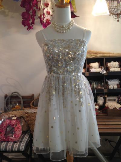スパンコールが散りばめられた、キラキラ輝くドレス☆ 表面にはチュールが使われ優しい雰囲気になります(´ω`*)