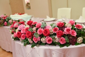 ピンク系の披露宴会場のお花(バラ)