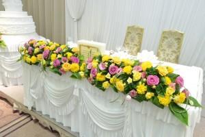 カラフルな披露宴会場のお花