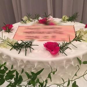 生花が飾り付けされている  珍しいウエディングケーキです( ^ω^ )