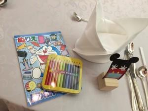 子供が披露宴中退屈してしまうかもしれないから・・・とご用意された  ぬりえと色鉛筆です(^^)