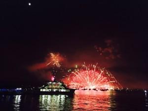 広島県の夏の風物詩「宮島水中花火大会」