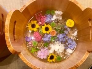 季節のお花が入ったフットマッサージ店