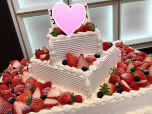 イチゴがいっぱいのウェディングケーキ