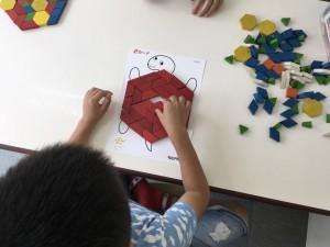「全部赤で作る!」 ただ六角形を作るのではなく、自分でテーマを決めて作っています。