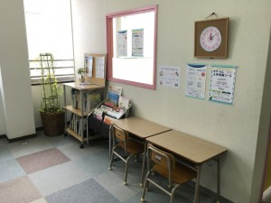 自習用に設けたスペースに、手作り知育時計をかけました。