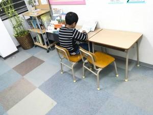 待ち時間に、自習スペースで黙々と宿題を・・・