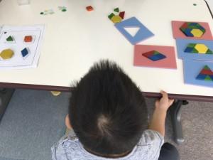 手作りの枠を使うと、小さい子どもでも遊びやすい!