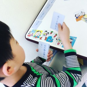 慣用句かるたで、漢字交じりのカードを読んでくれています。
