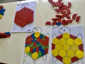 六角形の台紙の上にすき間なく敷きつめる遊びです。