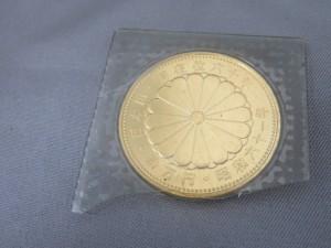 本日は天皇陛下御在位60年の記念金貨をお買取りさせて頂きました。