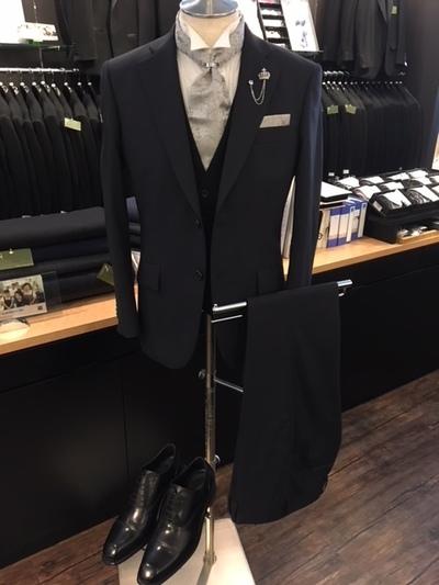 ネイビースーツにフォーマルベスト着用した着こなし大阪