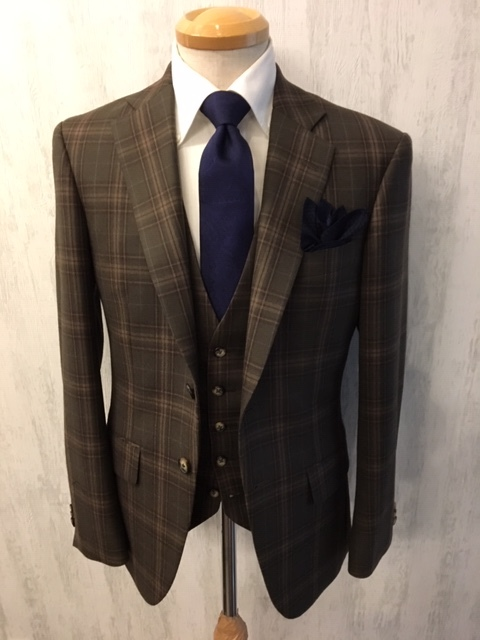 茶系のオーダースーツを紺系ネクタイで決める大阪