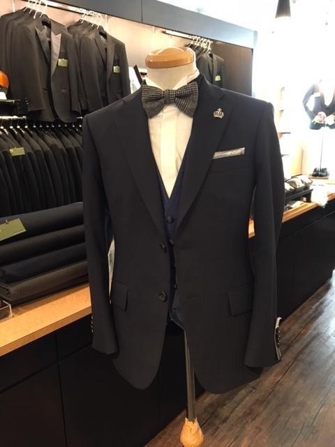 大阪でメンズスーツに蝶ネクタイやラペルピンの着用 梅田