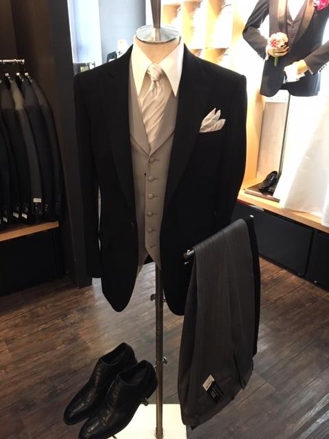 主賓で結婚式に出席の装いのディレクターズスーツ大阪
