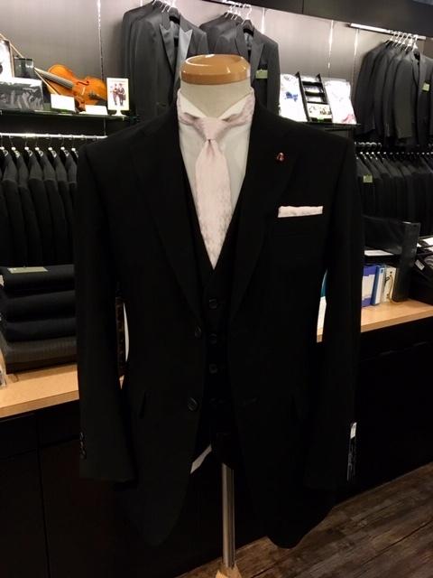 ブラックフォーマルにナロータイの装い大阪