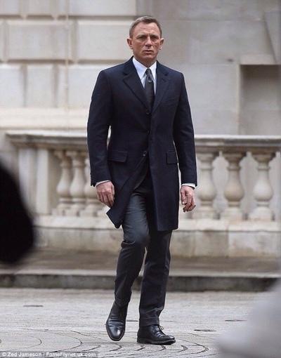 007コート姿