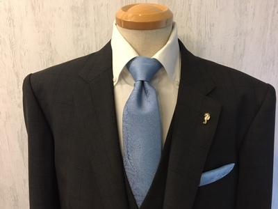 グレー系オーダースーツにネクタイやラペルピン合わす大阪