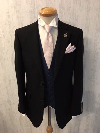 結婚式にブラックスーツにベスト着用で御洒落する大阪梅田