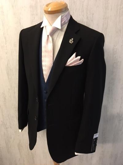 礼服のブラックスーツをナローネクタイで決める大阪梅田