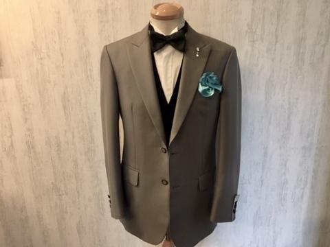 シルバー系スーツを挿し色のチーフで華やかに大阪