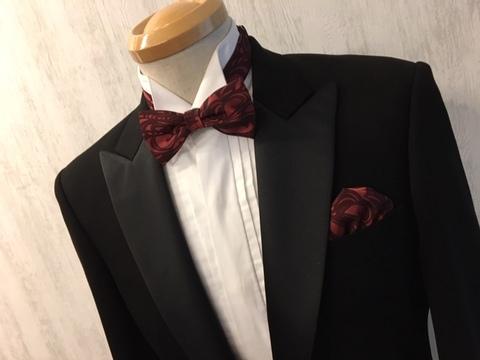 レッド系の蝶ネクタイとポケットチーフ大阪梅田