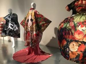 個性的な衣装の展示