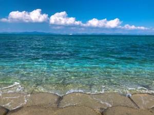 海中道路でひと休み、エメラルドブルーに輝く沖縄の海