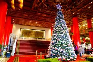 ホテル内にある大きなクリスマスツリー