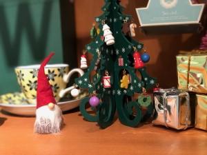 ブライダルヤスナガ大阪心斎橋店に飾っているサンタとクリスマスツリー