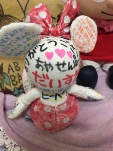 かわいいミニーの人形には部活の後輩たちからのメッセージが