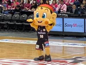 大阪エヴェッサマスコットキャラクターの「まいどくん」も喜んでいる様に見えます