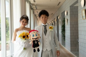 大阪エヴェッサのマスコットキャラクターの「まいどくん」と3ショット (2)