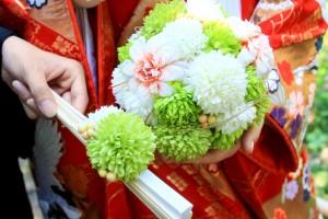 新婦様がお持ちのボールブーケと新郎様がお持ちの扇子にはおそろいのお花を