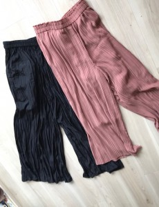 UNIQLO(ユニクロ)のネットショップでピンクと黒のパンツを買いました