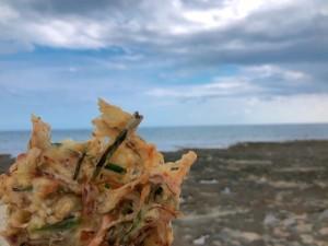 南城市玉城にある奥武島で海を眺めながら沖縄てんぷらを楽しむローカル旅