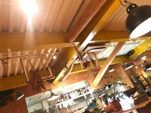 カフェの天井にはドライフラワーが