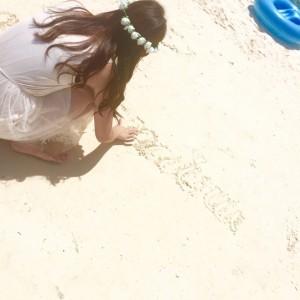 グアムの海でお絵かきする甲佐