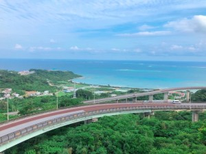 本島南部の絶景スポットニライカナイ橋はドライブがてらオーシャンビューを楽しめる穴場スポット